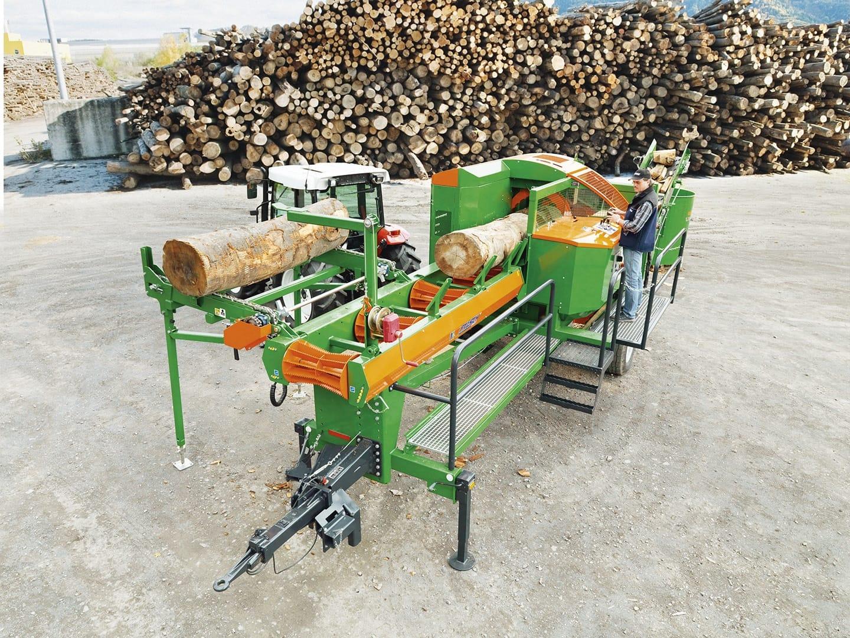 Brennholzautomat mit Zuführtisch und Fahwerk im Einsatz
