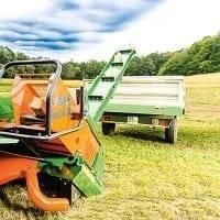 Brennholzsäge mit Förderband, sägen und verladen auf Anhänger