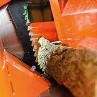 Automatischer Holzniederhalter bei Brennholzsäge