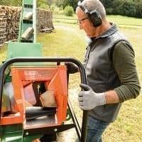 Sägefunktion mit Holzniederhalter der Brennholzsäge