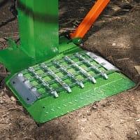 Holzspalter mit massiver Standplatte. Bodengitter für den Einsatz bei Eis und Schnee.