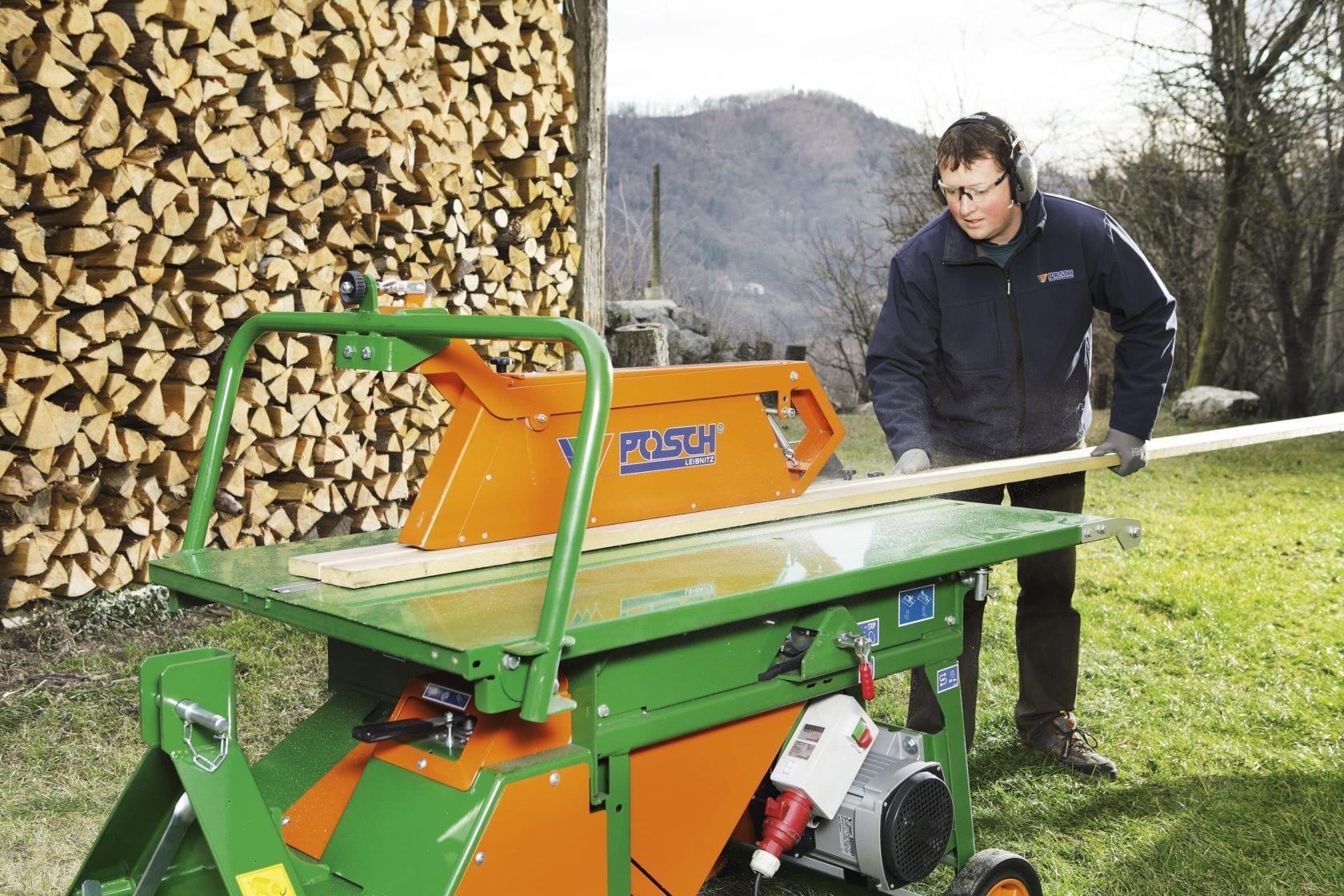 La grande table qui permet de déposer le bois de manière sécurisée et le protecteur intégré assurent un guidage sécurisé des bûches.
