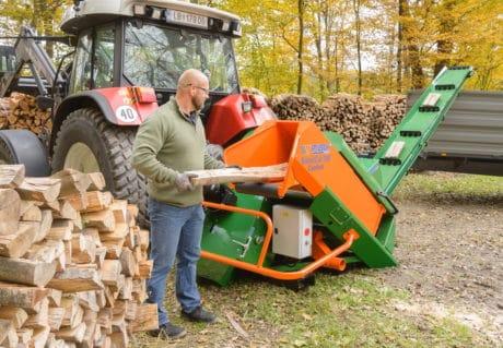 Brennholz sägen mit Sägeautomat mit Förderband, Holzbeschickung