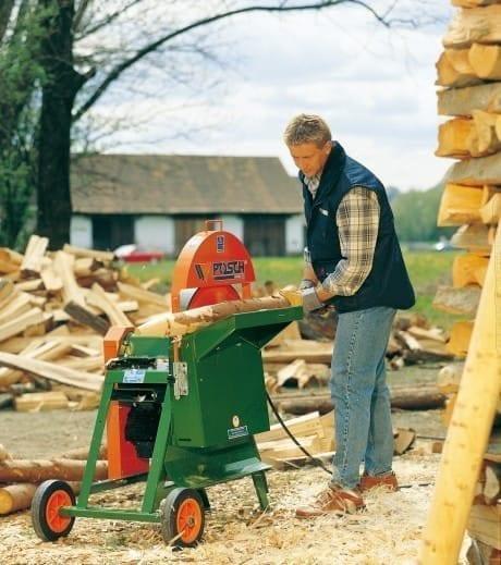 Entrinden von Holzrundlingen und Schwachholz, Schälmaschine bei der Verarbeitung vom Stamm zum Pfahl.