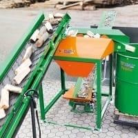 Weiterverarbeitung von Brennholz durch Scheibensieb und Verpackungsgerät