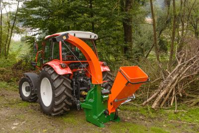 Holzhäcksler zum Zerkleinern von Holzabfällen bis Durchmesser 10 cm.