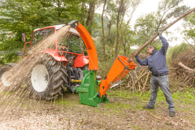 er Holzhäcksler HackBlitz liefert gröberes Hackgut zum Mulchen unter Hecken oder Sträucher.