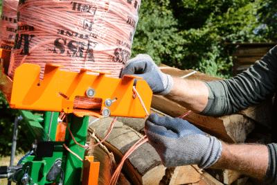Meterholz kostengünstig bündeln mit Pressgarn und Vorrichtung. Brennholz bündeln