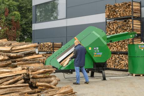 Der Sägeautomat ermöglicht durch die niedrige Beschickungshöhe eine ergonomische Arbeitsweise