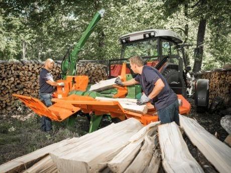 Holz spalten mit mehreren Personen. Liegendspalter mit Sicherheitpaket