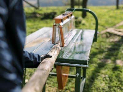 Tischkreissaege-spitzen-trennen-Holzpfahl-Holzstaemme-Anspitzsaege-Trennsaege-Weidezaun-UniCut-POSCH-Leibnitz-Aktion-Detail-Stammzufuehrung-Mosbachers-266